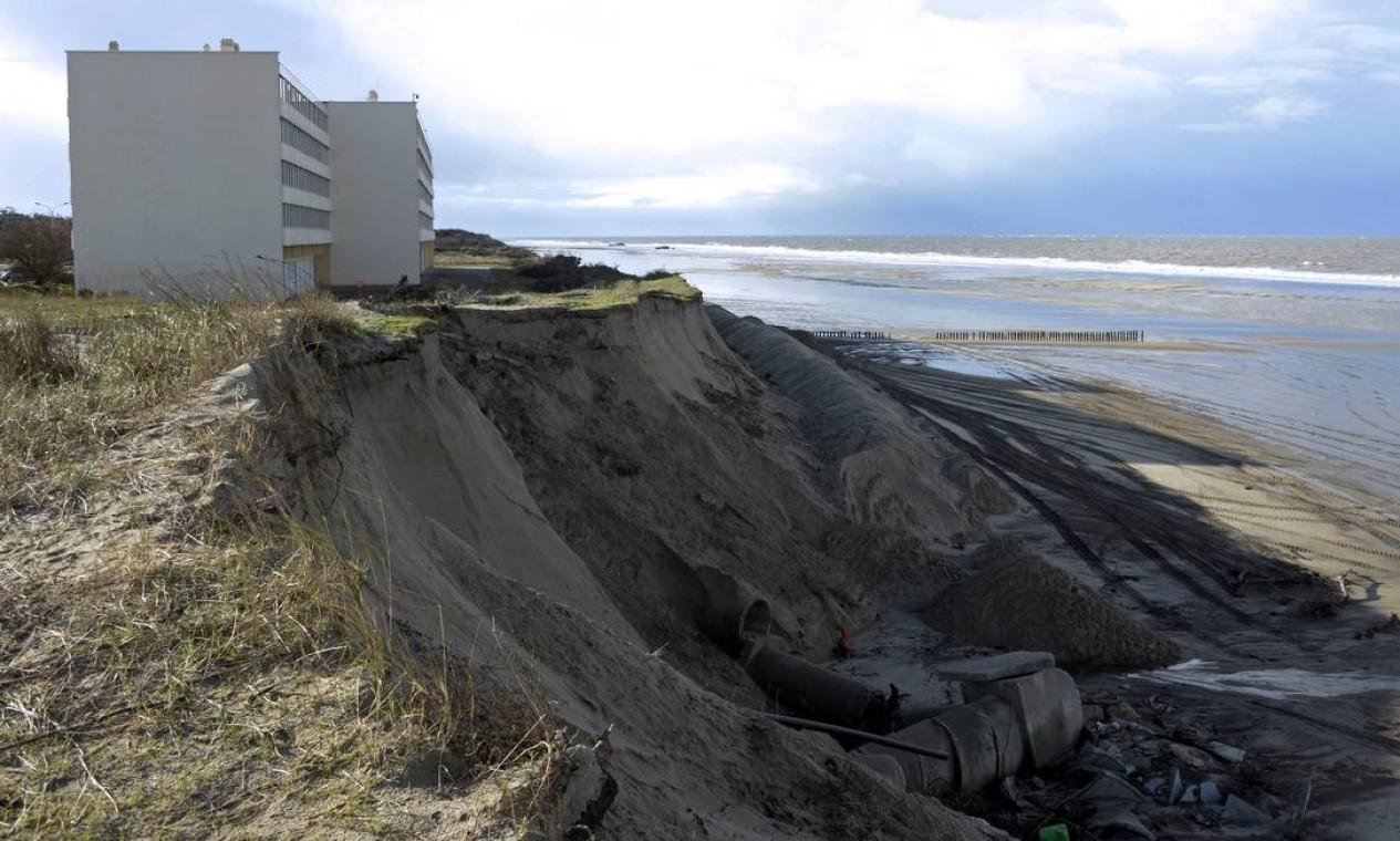 """Dunas ao pé do edifício """"Le Signal"""", em Soulac-sur-Mer, sudoeste da França, estão sendo lavadas devido às importantes marés do Atlântico Foto: JEAN-PIERRE MULLER / AFP"""