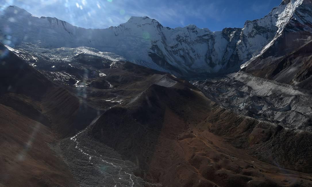 Geleira na região do Everest, no Nepal, no distrito de Solukhumbu, a 140 km a nordeste de Katmandu. As montanhas devem perder uma parcela significativa de sua cobertura de neve, com impactos significativos na agricultura, no turismo e no suprimento de energia Foto: PRAKASH MATHEMA / AFP