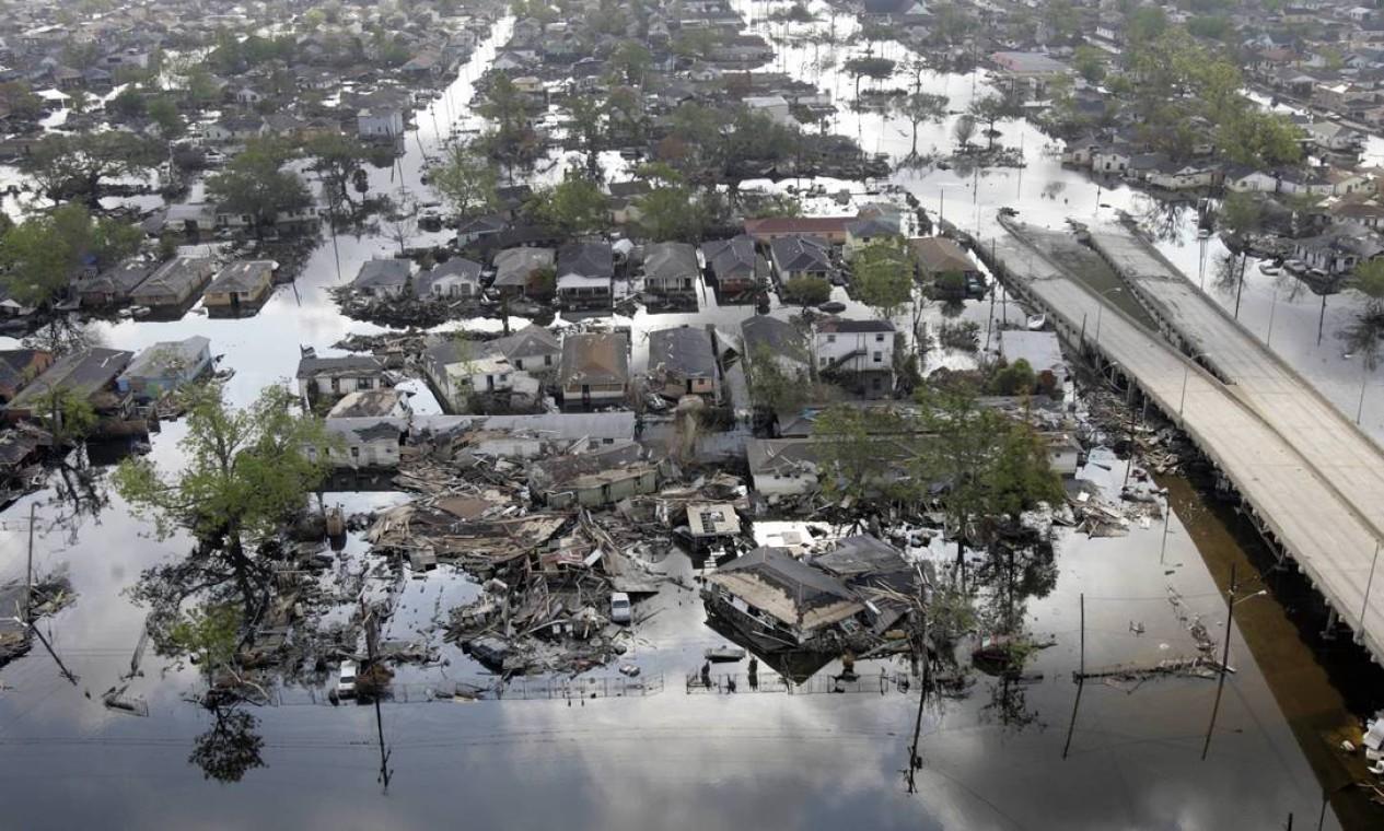 Áreas da Nona Ala, em Nova Orleans, inundadas após os furacões Katrina e Rita. O aumento do nível do mar pode deslocar 280 milhões de pessoas em um cenário otimista de um aumento de 2°C na temperatura global em comparação com a era pré-industrial. Com um aumento previsível da frequência de ciclones, muitas megacidades costeiras, bem como pequenas nações insulares, seriam inundadas todos os anos a partir de 2050 Foto: ROBYN BECK / AFP