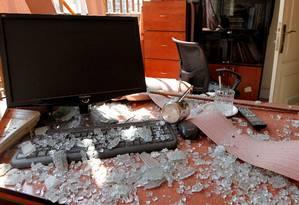 Estragos causados pela queda de drone perto de centro de imprensa do Hezbollah, nos subúrbios de Beirute. Grupo disse que iria retaliar ação, creditada a Israel Foto: MOHAMED AZAKIR / REUTERS