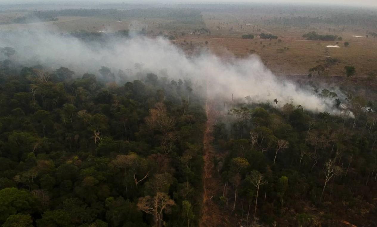 Fumaça de incêndio na área desmatada perto da Reserva indígena - 29/08/2019 Foto: Gabriel Monteiro / Agência O Globo
