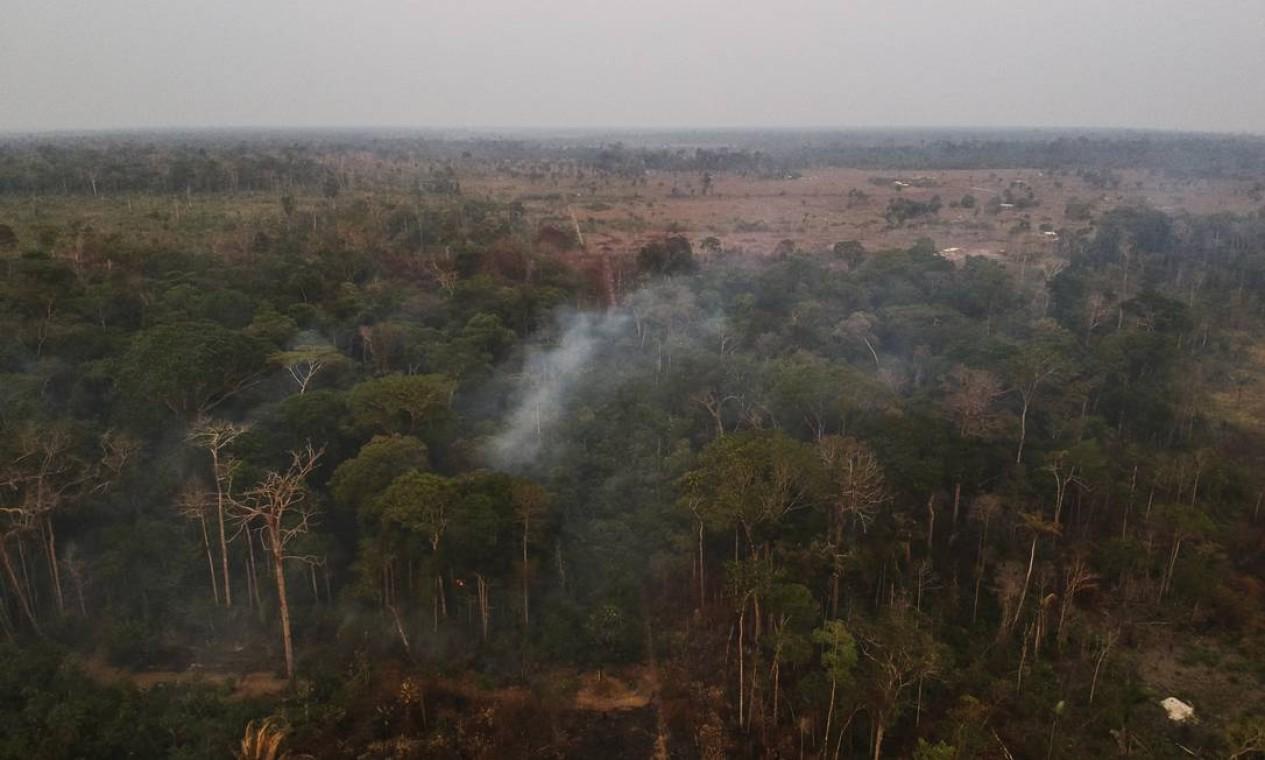 O que restou de floresta cercada de desmatamento e queimada - 29/08/2019 Foto: Gabriel Monteiro / Agência O Globo