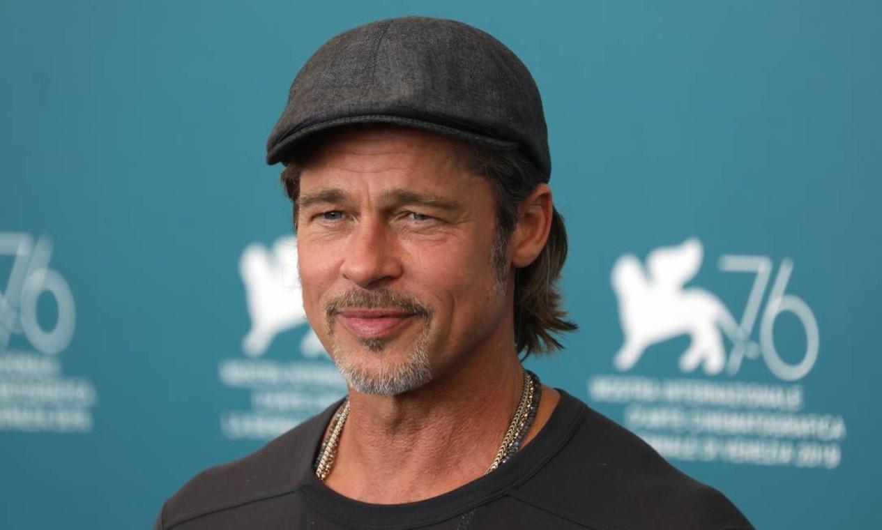 """Brad Pitt na coletiva """"Ad Astra"""", em Veneza, com seu acessório favorito Foto: Tristan Fewings / Getty Images"""
