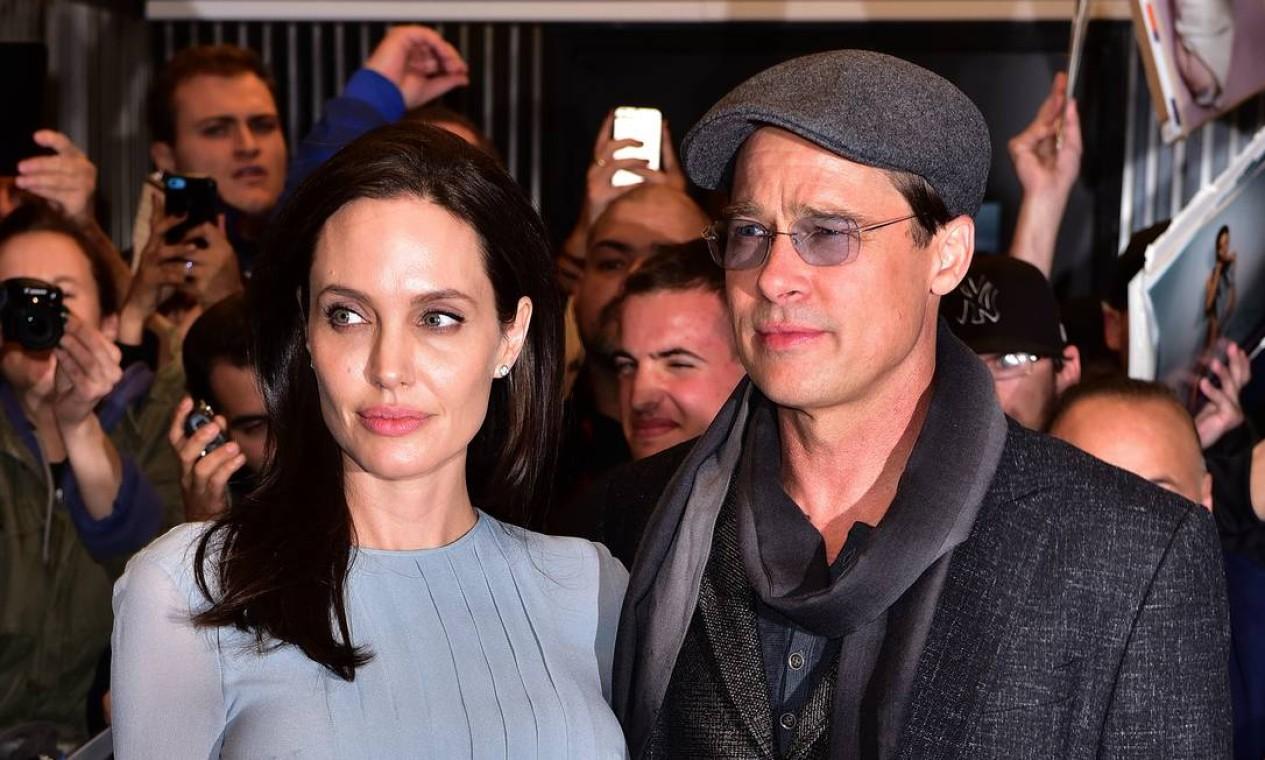 Em 2015, ao lado da então mulher, a atriz Angelina Jolie, Brad com a boina em Nova York Foto: James Devaney / GC Images