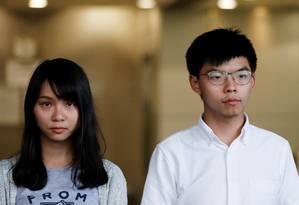 Joshua Wong e Agnes Chow, após serem soltos sob fiança Foto: ANUSHREE FADNAVIS / REUTERS