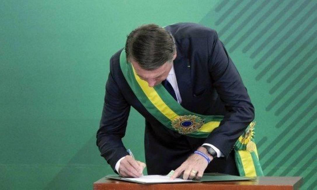 Jair Bolsonaro assina termo da posse, em janeiro, com caneta Compactor Foto: Roque Sá/Agência Senado
