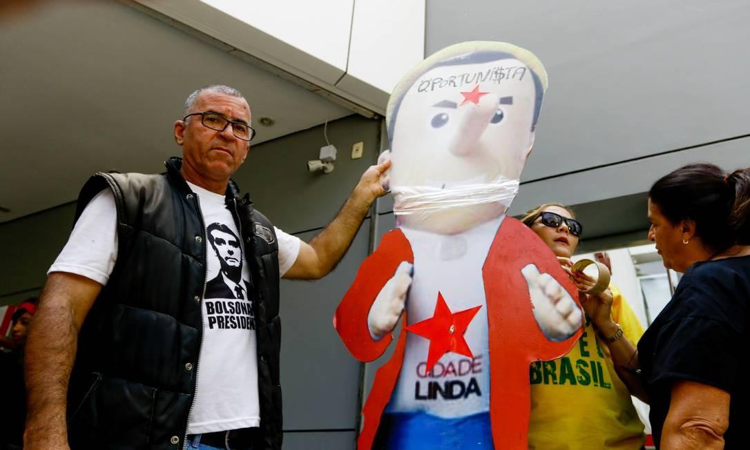 Em março, durante ato em São Paulo a favor de Bolsonaro, partidários do presidente criticaram Doria e apresentaram um boneco que levava no peito a estrela vermelha, símbolo do PT Foto: Aloisio Mauricio / Agência O Globo