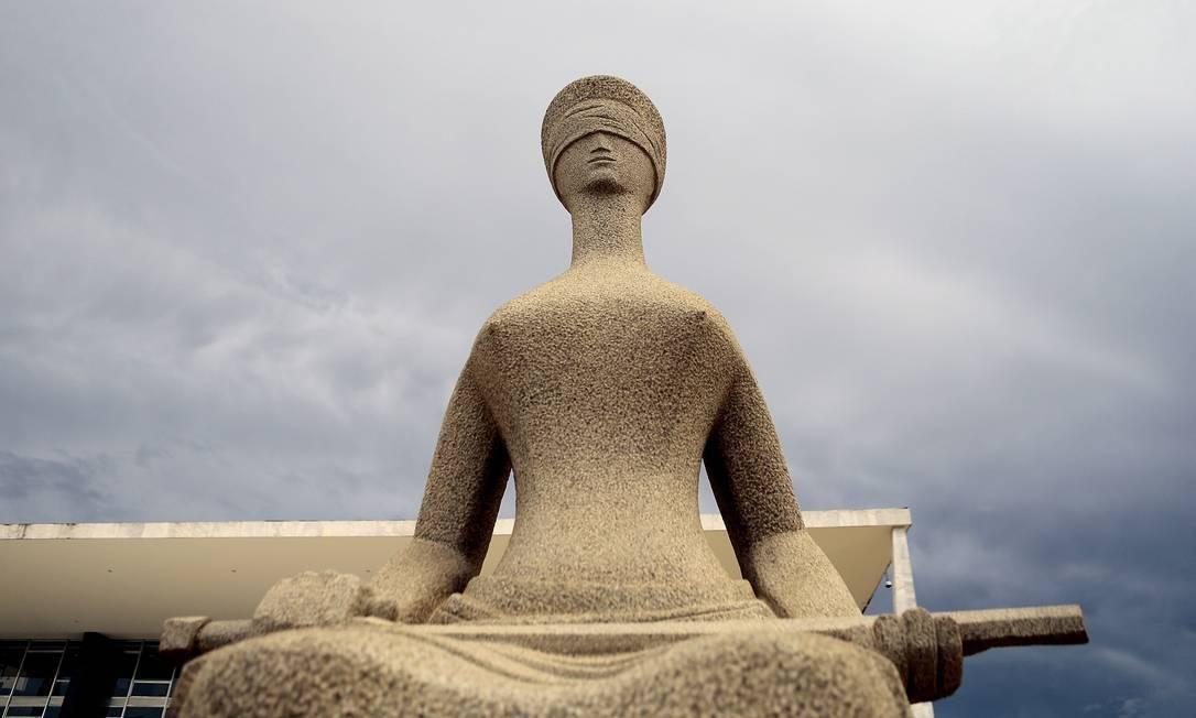 Estátua da Justiça, em frente ao STF, na Praça dos Três Poderes, em Brasília Foto: Foto: Jorge William/Agência O Globo/09-02-2018