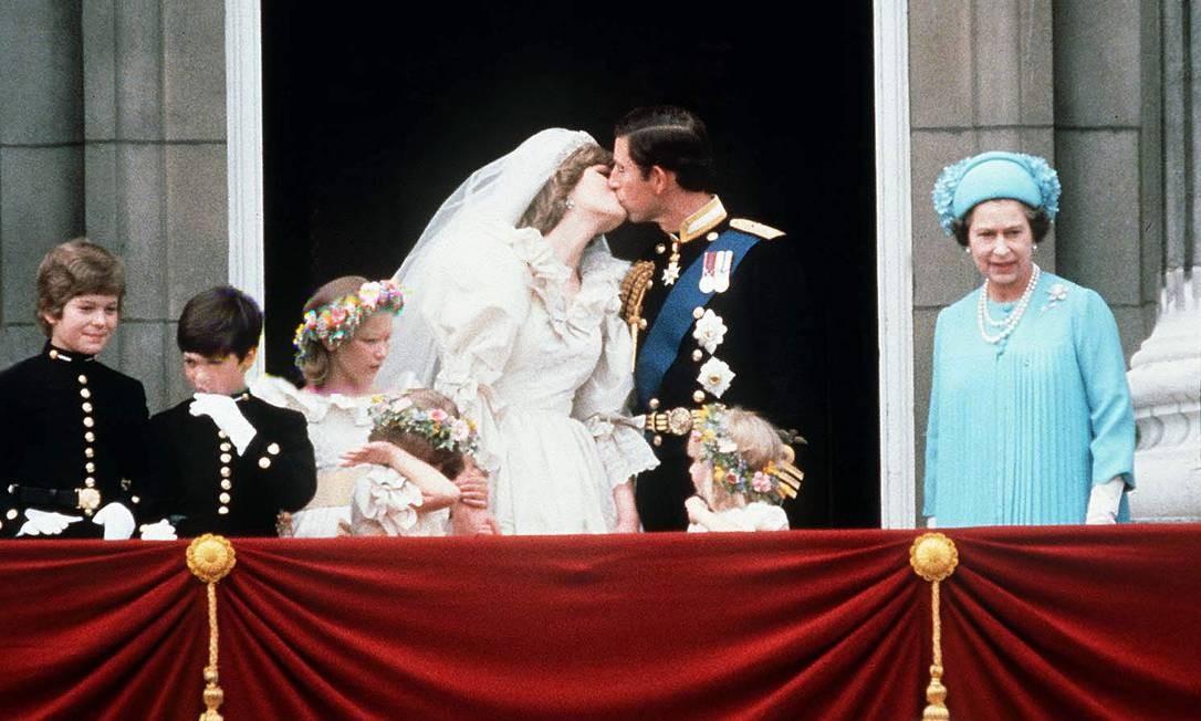 O beijo de Diana e Charles. À direita, a rainha Elizabeth II Foto: Tim Graham / Tim Graham Photo Library via Get