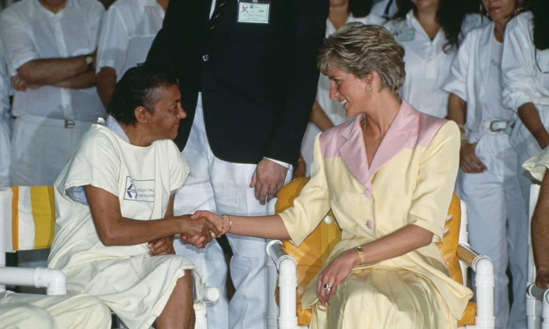 Aqui, Diana no Rio, em 1991, visitando pacientes HIV positivo Foto: Tim Graham / Tim Graham Photo Library via Get