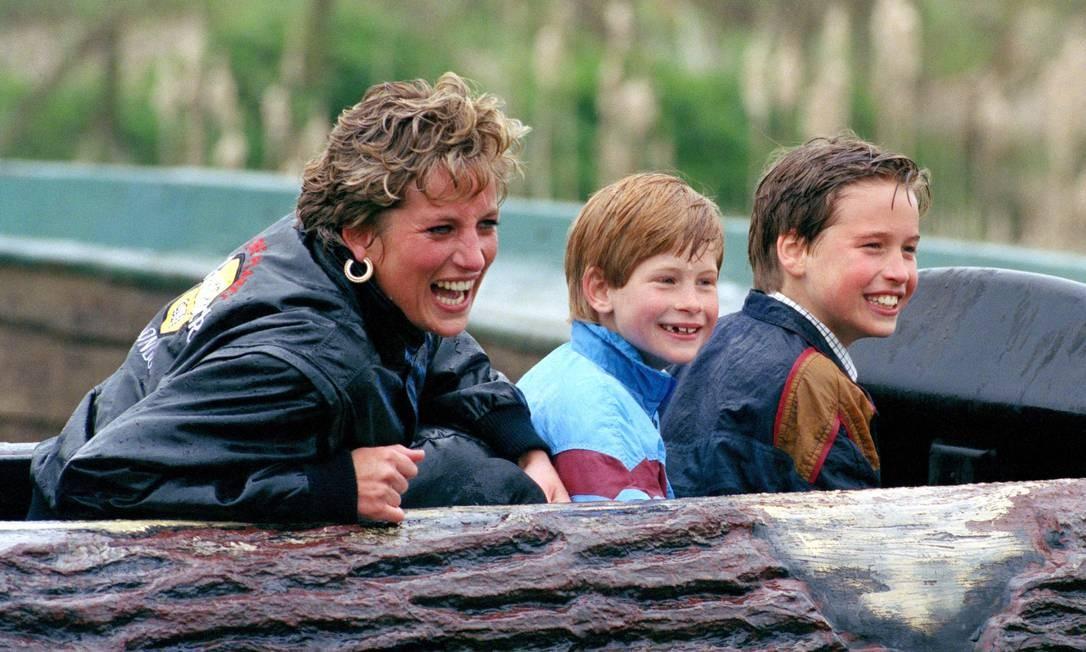 Em 31 de agosto de 1997, a princesa Diana morreu depois de sofrer um acidente de carro em Paris. No dia em que sua morte completa 22 anos, relembramos seus momentos mais icônicos, como este ao lado dos filhos, os príncipes William e Harry (ao centro) Foto: Julian Parker / UK Press via Getty Images