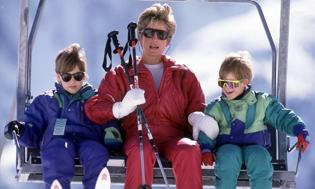 Com os filhos num momento na neve: eles adoravam esquiar juntos Foto: Princess Diana Archive / Getty Images