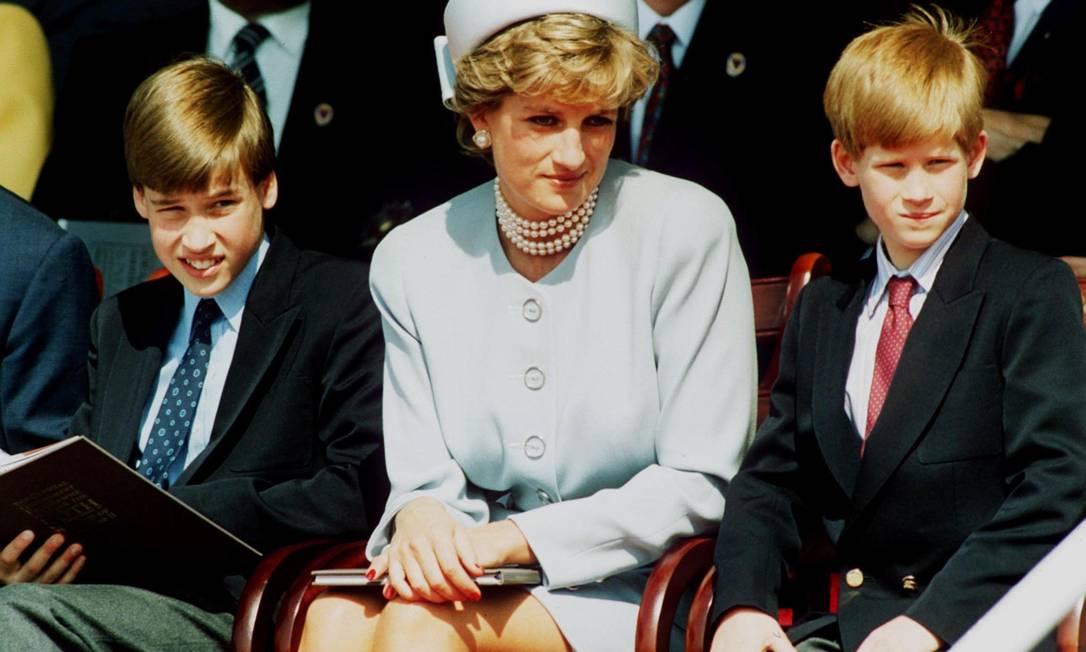 Diana entre Harry (à direita) e William Foto: Anwar Hussein / Getty Images