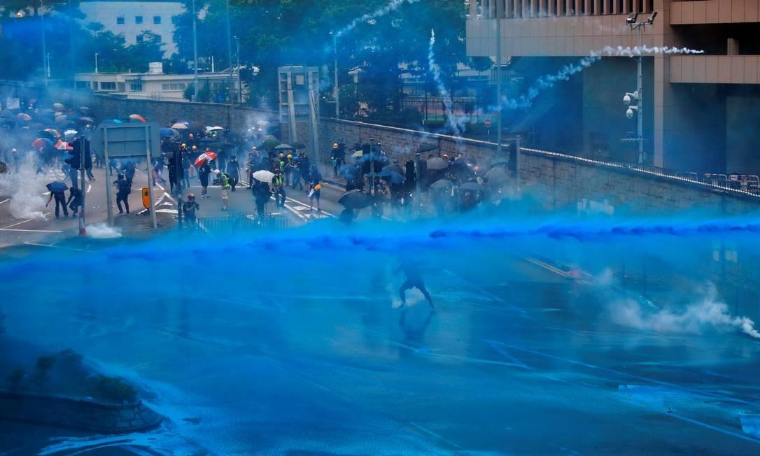 Polícia usou bombas e jatos de água para conter manifestantes Foto: ANUSHREE FADNAVIS / REUTERS