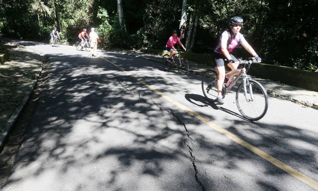 Rachaduras em estrada que leva à Vista Chinesa assusta ciclistas Foto: Fabiano Rocha / Agência O Globo
