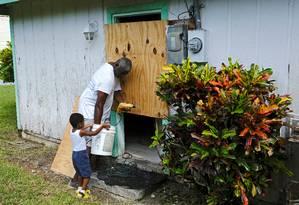Morador de Marsh Harbour, nas Bahamas, instala proteções em sua casa Foto: DANTE CARRER / REUTERS