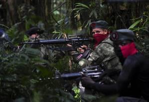 Integrantes do ELN treinam na selva no departamento de Choco, na Colômbia: guerrilheiros estão atuando na exploração de ouro na Venezuela, a 250km do Brasil. O ouro é trocado por alimentos em Pacaraima, Roraima Foto: RAUL ARBOLEDA / Agência O Globo