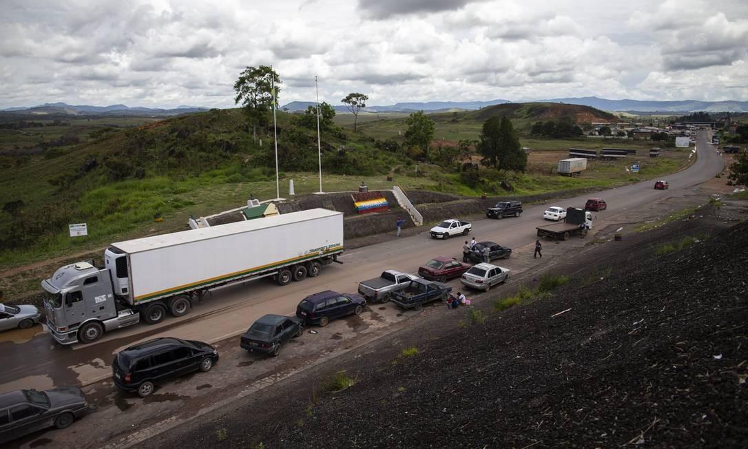 Tráfego em Pacaraima, Roraima, na fronteira com a Venezuela. Surgido na Colômbia, ELN tem presença conhecida em território venezuelano, atuando perto da divisa com o Brasil Foto: Daniel Marenco / Agência O Globo