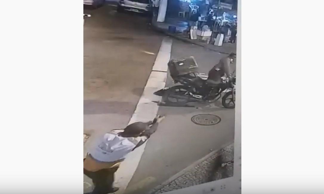 Agente atirou em criminosos pelas costas; Programa afirma que imagens mostram apenas uma parte da ação e que vídeos serão analisados pela DH de Niterói Foto: Reprodução