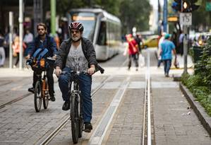 Após a extinção da linha de ônibus que usava diariamente, Justo Davila passou a pedalar até o trabalho. Foto Ana Branco/ Agencia O Globo Foto: Ana Branco / Agência O Globo