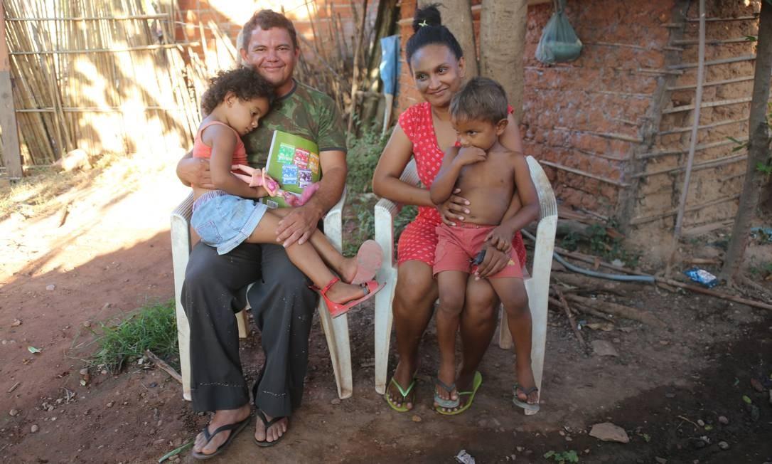 Juliana e e Francisco usam os R$ 104 do Bolsa Família para cuidados com os filhos Lara, de 4 anos, e Pedro, de 3, mas ainda precisam de ajuda de parentes para comer Foto: Efrém Ribeiro