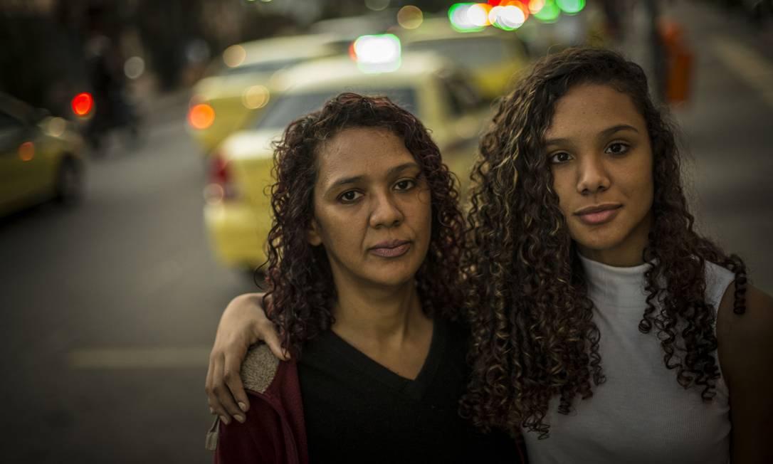 A diarista Rita Barros não conta com nenhuma ajuda do governo para criar a filha, Beatriz, de 13 anos. É o público que o governo mira com a reformulação de programas sociais Foto: Guito Moreto / Guito Moreto