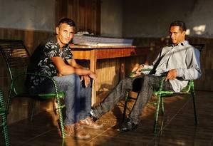 Os agricultores Francivaldo Santos (à esquerda) e Maurir de Souza Santos relatam o cotidiano de perseguições por que passam os posseiros Foto: Jorge William / Agência O Globo