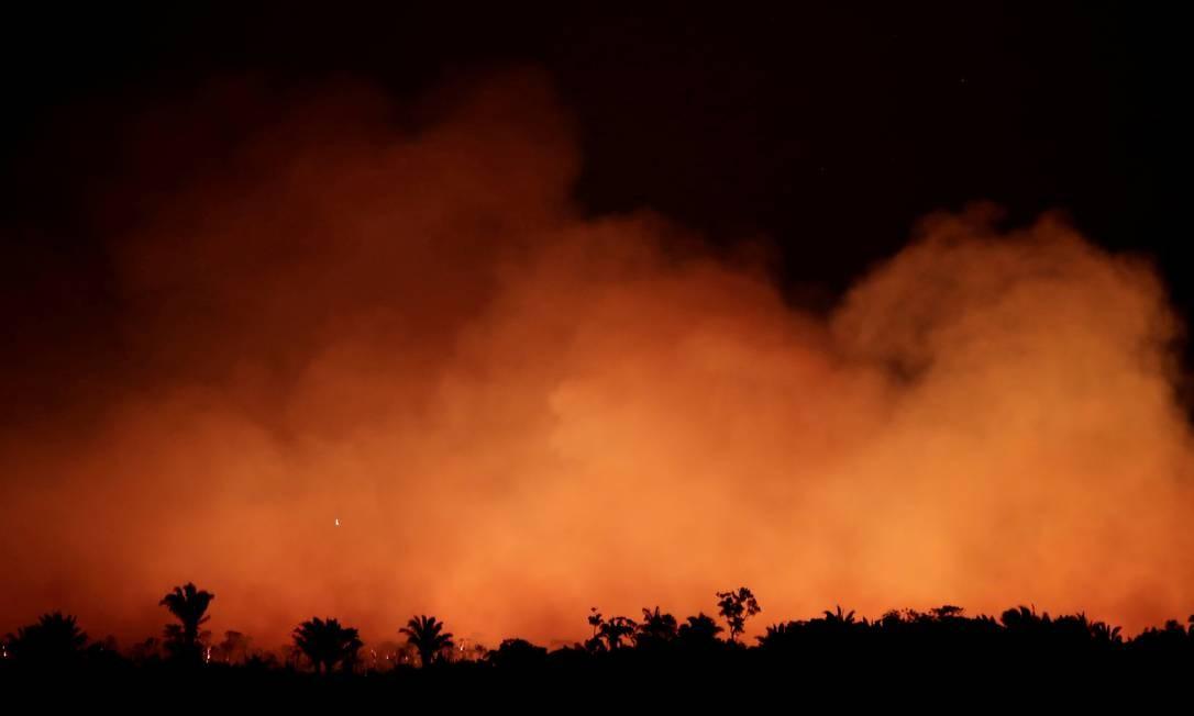 Fumaça sobe durante incêndio em uma área da floresta amazônica perto do município de Humaita, Amazonas, em 17 de agosto de 2019. Foto: Ueslei Marcelino / Reuters