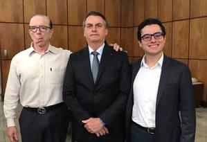Presidente Jair Bolsonaro posa ao lado dos médicos. Chefe do Planalto passará por nova cirurgia Foto: Reprodução/Twitter