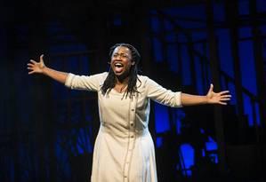 Letícia Soares, no palco como Celie, protagonista do musical Foto: Guito Moreto / Agência O Globo