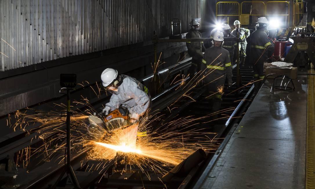 A empresa troca 150 metros de trilhos por semana Foto: Leo Martins / Agência O Globo