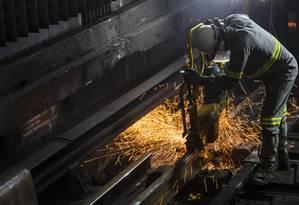 Funcionários trabalham diariamente de madrugada para manter metrô em funcionamento Foto: Leo Martins / Agência O Globo