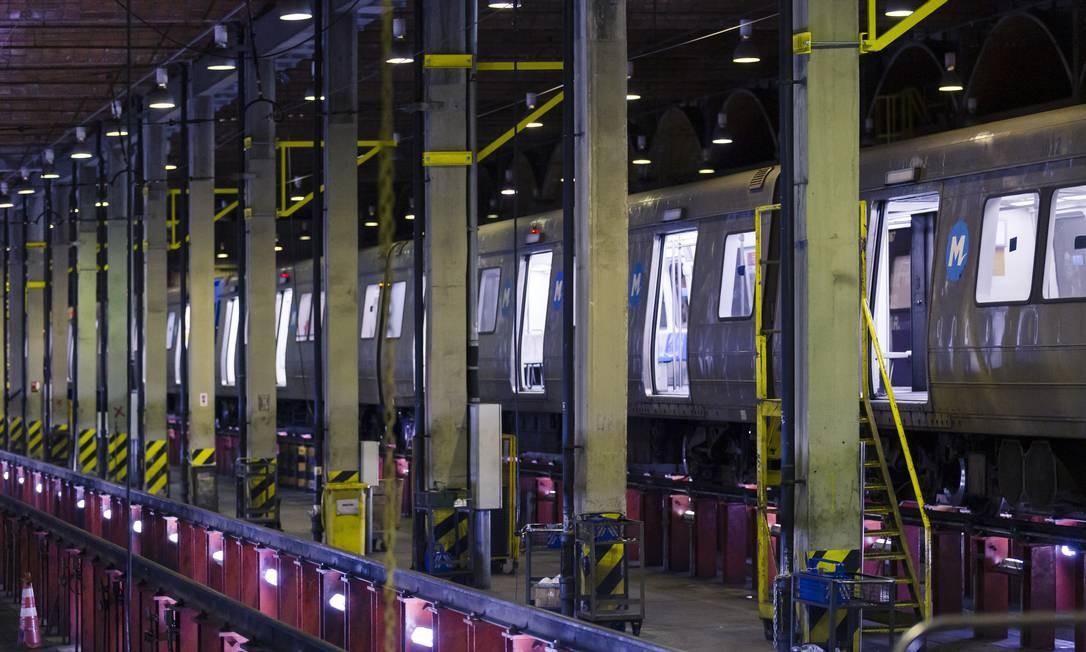 Esses funcionários trabalham diariamente das 22h às 6h, em diversas frentes, na cidade subterrânea que abriga as instalações do metrô Foto: Leo Martins / Agência O Globo