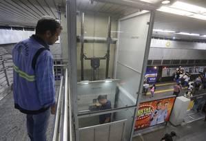 Fiscais da Agetransp inspecionam elevador na estação Central do metrô Foto: Gabriel Paiva / Agência O Globo