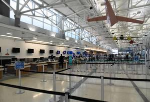 Balcões de check-in vazios no aeroporto de Fort Lauderdale, na Flórida, que foi fechado ao meio-dia desta segunda devido aos vendos do furacão Dorian Foto: Michele Eve Sandberg/AFP / Michele Eve Sandberg/AFP