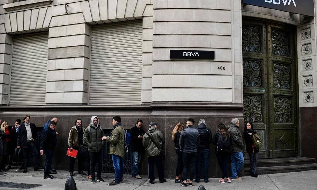 Fila em frente a banco em Buenos Aires. Foto: RONALDO SCHEMIDT / AFP