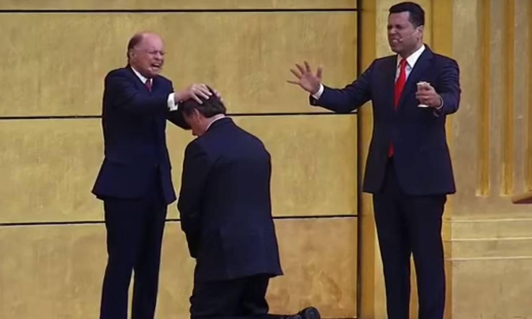 Bolsonaro recebe a benção do bispo Edir Macedo durante visita visita ao Templo de Salomão, em São Paulo Foto: Terceiro / Reprodução de vídeo