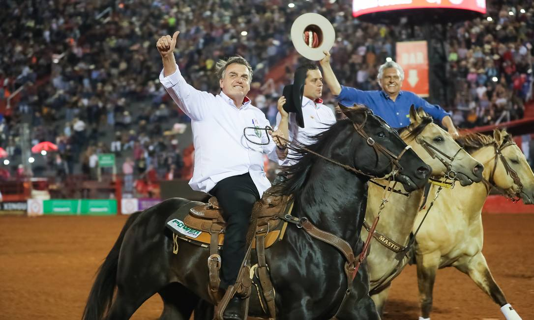 Bolsonaro monta a cavalo na 64ª Festa de Peão Boiadeiro de Barretos, no interior paulista. O presidente assinou decreto que estabelece padrões de bem-estar para animais utilizados em festas de rodeio Foto: Marcos Corrêa / PR / 17/08/2019