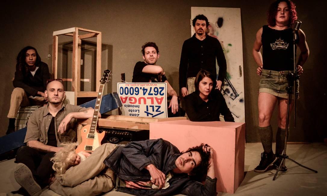Grupo A Motossera Perfumada, que propôs a montagem da peça 'Res pública' Foto: Camilla Rios / Divulgação