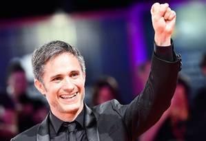 Gael García Bernal no Festival de Veneza; ele atua em dois filmes da competição, 'Wasp network' e 'Ema' Foto: ALBERTO PIZZOLI / AFP