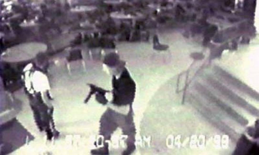 Atiradores dentro da Columbine High School Foto: Reprodução/internet