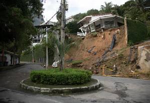 Muro que desabou em fevereiro na Joatinga: moradores temem novos deslizamentos na via, e prefeitura diz que obra cabe ao proprietário Foto: Brenno Carvalho / Agência O GLOBO