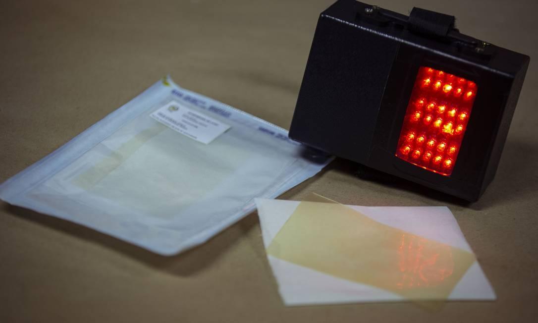 O aparelho Rapha, que significa cura em hebraico, é uma máquina portátil que une fototerapia à ação regenerativa do látex para tratar úlceras em pé de diabético Foto: Daniel Marenco / Agência O Globo