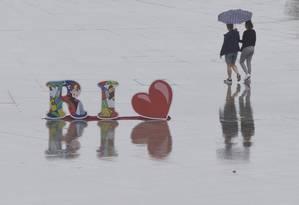 Mulheres caminham na chuva na Praça Mauá em 22/08/2019 Foto: Márcia Foletto / Agência O Globo