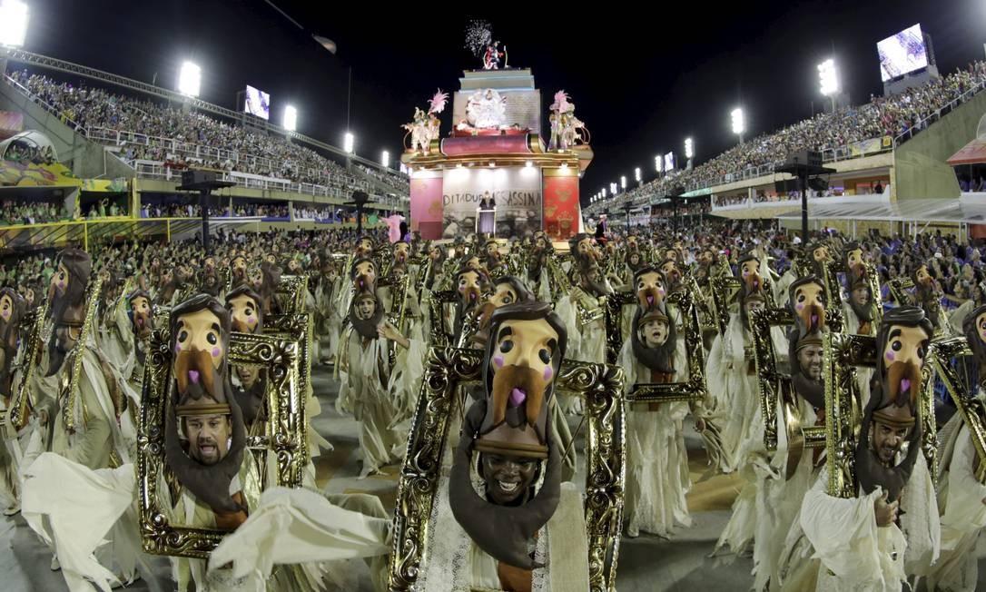 Desfile da Mangueira no carnava de 2019. Lei terá que ser alterada para permitir transferência do Sambódromo para o governo do Estado Foto: Marcelo Theobald / Agência O Globo