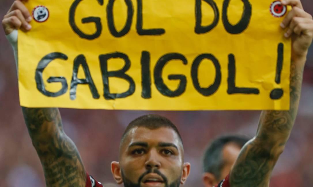 Gabigol comemora com cartaz feito pela torcida Foto: Marcelo Regua / Agência O Globo
