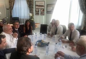 Chanceler iraniano Mohammad Javad Zarif (esquerda) durante reunião com o presidente francês Emmanuel Macron (2º à direita), em Biarritz. Irã cobra dos parceiros europeus ações para minimizar os efeitos das sanções dos EUA Foto: - / AFP