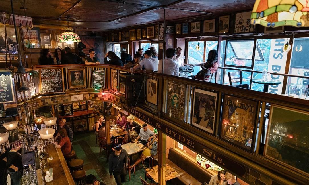 Um dos tradicionais bares de North Beach, o bairro ítalo-americano de São Francisco, na Califórnia Foto: Jason Henry / The New York Times