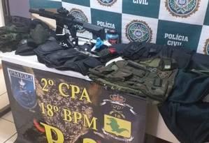 Com o grupo foram apreendidos armas de airsoft, roupas usadas pela polícia e Exército além de R$ 700 Foto: Reprodução