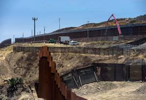 Fronteira entre os EUA e a cidade mexicana de Tijuana. Com aval da Suprema Corte, Trump vai usar dinheiro da Defesa para construir parte de muro Foto: AGUSTIN PAULLIER / AFP